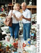Купить «Pensioner family buys vintage dishes at a flea market», фото № 33000464, снято 11 мая 2019 г. (c) Яков Филимонов / Фотобанк Лори