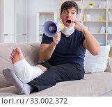 Купить «Man injured in car crash recovering at home from whiplash injury», фото № 33002372, снято 19 мая 2017 г. (c) Elnur / Фотобанк Лори