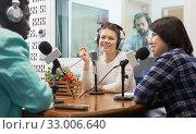 Radio hosts interviewing guest. Стоковое фото, фотограф Яков Филимонов / Фотобанк Лори