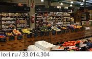 Interior of eco grocery store offering natural healthy alimentary products (2019 год). Редакционное видео, видеограф Яков Филимонов / Фотобанк Лори