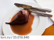 Купить «Pear simmered in wine», фото № 33018840, снято 29 марта 2020 г. (c) Яков Филимонов / Фотобанк Лори