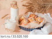 Food, pastry, baking. Freshly baked homemade snail buns with milk in a jug and a glass bottle. Balanced nutrition, proteins and carbohydrates, cereals. Стоковое фото, фотограф Светлана Евграфова / Фотобанк Лори