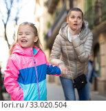 Купить «Babysitter comforting crying girl outdoor», фото № 33020504, снято 28 мая 2020 г. (c) Яков Филимонов / Фотобанк Лори
