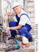 Купить «Experienced electrician laying electric wires in building under construction», фото № 33020632, снято 28 мая 2018 г. (c) Яков Филимонов / Фотобанк Лори