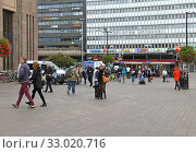 People on Helsinki Central railway station square in autumn. Finland (2019 год). Редакционное фото, фотограф Валерия Попова / Фотобанк Лори