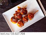 Купить «Appetizing balls of chicken with sesame seeds in spicy sauce. Japanese cuisine», фото № 33027704, снято 27 февраля 2020 г. (c) Яков Филимонов / Фотобанк Лори