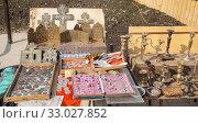Купить «Продажа антиквариата с открытого лотка», фото № 33027852, снято 27 апреля 2019 г. (c) Наталия Шевченко / Фотобанк Лори