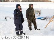Builders on the ice of a frozen river (2020 год). Редакционное фото, фотограф Андрей Кузнецов / Фотобанк Лори