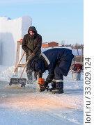 Worker cuts the ice with a gasoline saw. Стоковое фото, фотограф Андрей Кузнецов / Фотобанк Лори