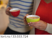 Young couple drinking coffee in the kitchen. Стоковое фото, агентство Wavebreak Media / Фотобанк Лори