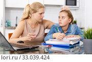 Купить «Mother calming her daughter», фото № 33039424, снято 27 сентября 2018 г. (c) Яков Филимонов / Фотобанк Лори