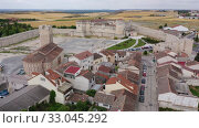 Купить «Aerial view of Cuellar Castle in Segovia Province, Leon, Spain», видеоролик № 33045292, снято 20 июня 2019 г. (c) Яков Филимонов / Фотобанк Лори