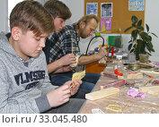 Детский мастер-класс по изготовлению деревянного кораблика (2020 год). Редакционное фото, фотограф Ирина Борсученко / Фотобанк Лори