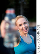 Купить «Beautiful young runner holding a bottle of water at a running track», фото № 33046168, снято 10 июля 2020 г. (c) age Fotostock / Фотобанк Лори