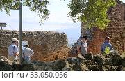 Mass tourism in Taormina, breathtaking view of the ancient Greek amphitheater (2019 год). Редакционное видео, видеограф Ирина Мойсеева / Фотобанк Лори