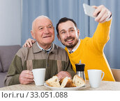 Elderly father and son doing selfie. Стоковое фото, фотограф Яков Филимонов / Фотобанк Лори