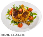 Купить «Fried chicken legs with arugula and tomatoes», фото № 33051348, снято 26 февраля 2020 г. (c) Яков Филимонов / Фотобанк Лори