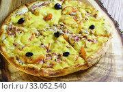 Купить «Пицца на доске», фото № 33052540, снято 14 января 2020 г. (c) Наталья Гармашева / Фотобанк Лори