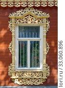Окно с красивыми резными наличниками. Стоковое фото, фотограф Елена Коромыслова / Фотобанк Лори