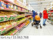 Купить «Russia Samara January 2020: buyers choose pasta in the grocery department of a supermarket. Text in Russian: buckwheat, uvelka, clear sun, cereal», фото № 33063768, снято 17 января 2020 г. (c) Акиньшин Владимир / Фотобанк Лори