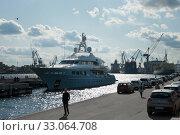 SAINT PETERSBURG, RUSSIA - september 12, 2019: luxury yacht at Lieutenant Schmidt embankment on right of Neva river. Редакционное фото, фотограф Короленко Елена / Фотобанк Лори