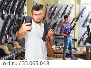 Guy taking selfie with rifle. Стоковое фото, фотограф Яков Филимонов / Фотобанк Лори