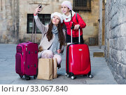 Cheerful woman with daughter making selfie. Стоковое фото, фотограф Яков Филимонов / Фотобанк Лори