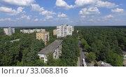 Купить «Aerial view of town surrounded with green wood, Russia», видеоролик № 33068816, снято 25 февраля 2020 г. (c) Данил Руденко / Фотобанк Лори
