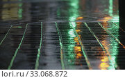 Купить «Evening rain, road lights reflecting on wet sidewalk», видеоролик № 33068872, снято 28 марта 2020 г. (c) Данил Руденко / Фотобанк Лори