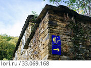 Купить «Blue plaque with the shell, indicators of the Camino de Santiago, on the wall of a slate house in A Balsa, Triacastela. San Breixo da Balsa, Triacastela, Lugo, Galicia, Spain, Europe.», фото № 33069168, снято 20 октября 2019 г. (c) age Fotostock / Фотобанк Лори