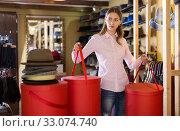 Купить «Shop assistant holding boxes with hats», фото № 33074740, снято 17 декабря 2019 г. (c) Яков Филимонов / Фотобанк Лори