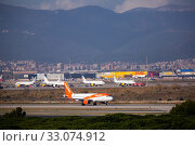 EasyJet Airbus taxiing to runway on El Prat Airport, (2020 год). Редакционное фото, фотограф Яков Филимонов / Фотобанк Лори