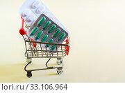 Купить «Упаковки лекарств в торговой тележке. Приобретение противовирусных препаратов», фото № 33106964, снято 5 августа 2018 г. (c) Наталья Гармашева / Фотобанк Лори