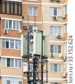 Купить «Антенны базовой станции сотовой связи напротив окон многоэтажного жилого дома», фото № 33152624, снято 11 февраля 2020 г. (c) Игорь Тарасов / Фотобанк Лори