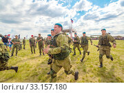 Купить «Russia, Samara, June 2019: young paratroopers at demonstrations in full combat gear.», фото № 33157180, снято 8 июня 2019 г. (c) Акиньшин Владимир / Фотобанк Лори