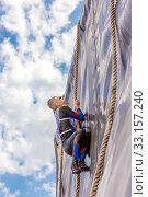 Купить «Russia, Samara, June 2019: a young sports man with the help of a rope overcomes the most difficult obstacles in the race of Everest heroes.», фото № 33157240, снято 8 июня 2019 г. (c) Акиньшин Владимир / Фотобанк Лори
