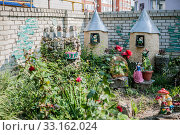 Landscaping flower beds, toys, garden sculptures in the school yard Ейск (2016 год). Стоковое фото, фотограф katalinks / Фотобанк Лори