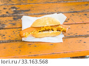 Bockwurst with mustard in a bun. Стоковое фото, фотограф Sabine Thielemann / PantherMedia / Фотобанк Лори