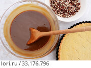 Купить «Making pecan pie - stirring the filling with a wooden spoon», фото № 33176796, снято 5 июля 2020 г. (c) PantherMedia / Фотобанк Лори