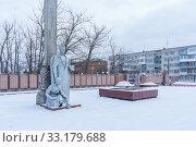 Купить «Memorial with eternal flame in Balakhna in the Nizhny Novgorod region», фото № 33179688, снято 5 января 2020 г. (c) Дмитрий Тищенко / Фотобанк Лори