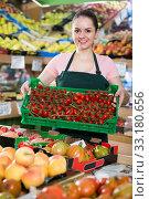 Купить «salesgirl with crate filled with fresh tomatoes», фото № 33180656, снято 14 октября 2017 г. (c) Яков Филимонов / Фотобанк Лори