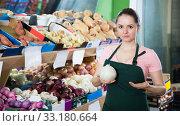Купить «seller offering ripe onions», фото № 33180664, снято 14 октября 2017 г. (c) Яков Филимонов / Фотобанк Лори