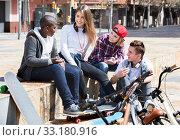 Купить «Group of teenage friends relaxing and chatting», фото № 33180916, снято 31 марта 2020 г. (c) Яков Филимонов / Фотобанк Лори