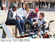 Group of teenage friends relaxing and chatting. Стоковое фото, фотограф Яков Филимонов / Фотобанк Лори