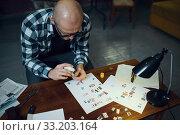 Купить «Maniac kidnapper cuts out letters to compose text», фото № 33203164, снято 13 ноября 2019 г. (c) Tryapitsyn Sergiy / Фотобанк Лори