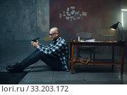 Купить «Maniac kidnapper puts the gun in his mouth», фото № 33203172, снято 13 ноября 2019 г. (c) Tryapitsyn Sergiy / Фотобанк Лори