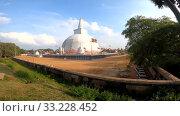 Вид на древнюю дагобу Ruwanwelisaya солнечным днем. Анурадхапура, Шри-Ланка (2020 год). Стоковое видео, видеограф Виктор Карасев / Фотобанк Лори