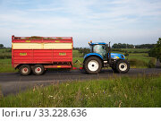 Купить «Great Britain, Northern Ireland, Ballygalley - Tractor with hay on the trailer», фото № 33228636, снято 15 июля 2019 г. (c) Caro Photoagency / Фотобанк Лори