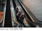 Singapore, Republic of Singapore, air travelers with mouthguards arrive at Changi Airport. Редакционное фото, агентство Caro Photoagency / Фотобанк Лори