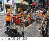 Road workers in Hong Kong (2019 год). Редакционное фото, фотограф Александр Подшивалов / Фотобанк Лори
